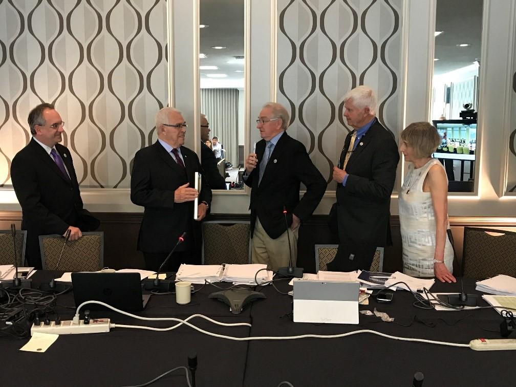 De gauche à droite : les commissaires Richard Morgan, Benoît Bouchard, Gordon Walker, Richard Moy et Lana Pollack soulignent la contribution de M. Bouchard aux travaux de la Commission. Photo : Archives de la CMI.