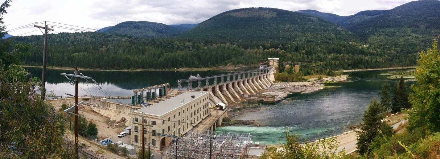 Le barrage Corra Linn, situé à l'embouchure du lac Kootenay, à l'extrémité ouest de la rivière Kootenay, a été construit dans les années 1930, et ses vannes doivent être modernisées. Source : Jeffrey Werner.