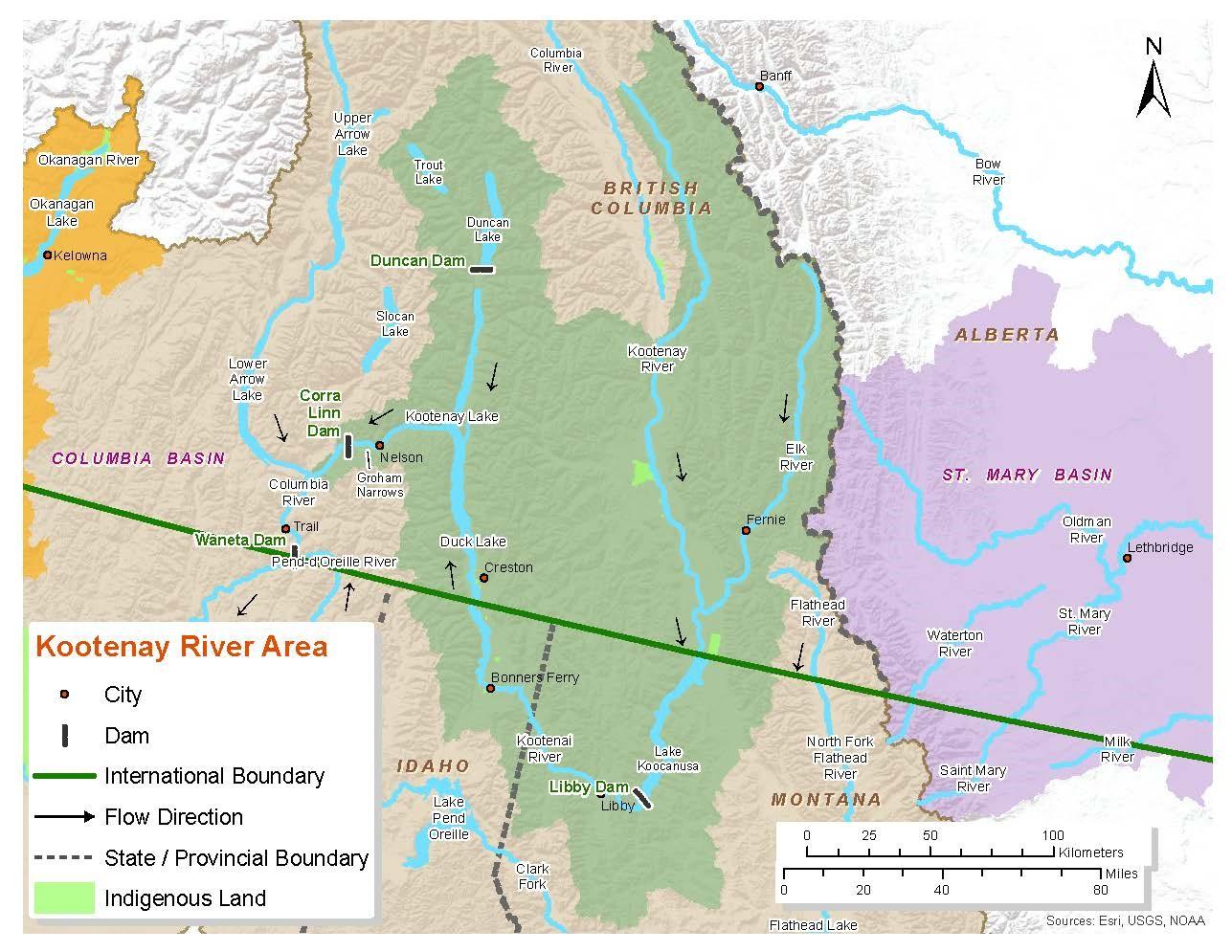 Le lac Kootenay se situe en Colombie-Britannique, dans le réseau hydrographique de la rivière Kootenay. La rivière se forme dans les Rocheuses canadiennes, en Colombie-Britannique, coule vers le sud dans le Montana et l'Idaho, d'où elle remonte vers le nord en Colombie-Britannique. C'est dans ce dernier tronçon britanno-colombien que se trouvent le lac Kootenay et le barrage Corra Linn. Source : CMI.