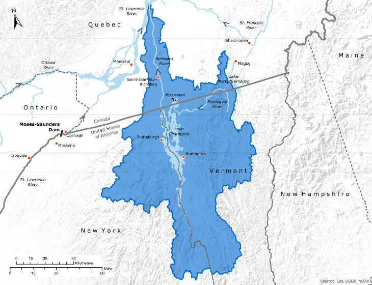 Le lac Champlain est situé à la frontière des États de New York et du Vermont et s'étend vers le nord jusqu'au Québec, où il se jette dans la rivière Richelieu, puis dans le fleuve Saint-Laurent. La CMI se penche actuellement sur deux renvois dans la région : un portant sur l'examen des crues dans le réseau hydrographique du lac Champlain et de la rivière Richelieu, et l'autre sur la qualité de l'eau dans la baie Mississquoi et le lac Memphrémagog. Crédit : Esri, USGS, NOAA