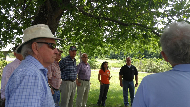 Le 20 juillet, les commissaires de la CMI ont rencontré des représentants de l'organisation The Nature Conservancy, de l'entreprise de fournitures industrielles Ors Nasco et d'autres intervenants locaux. Photo : Dereth Glance.
