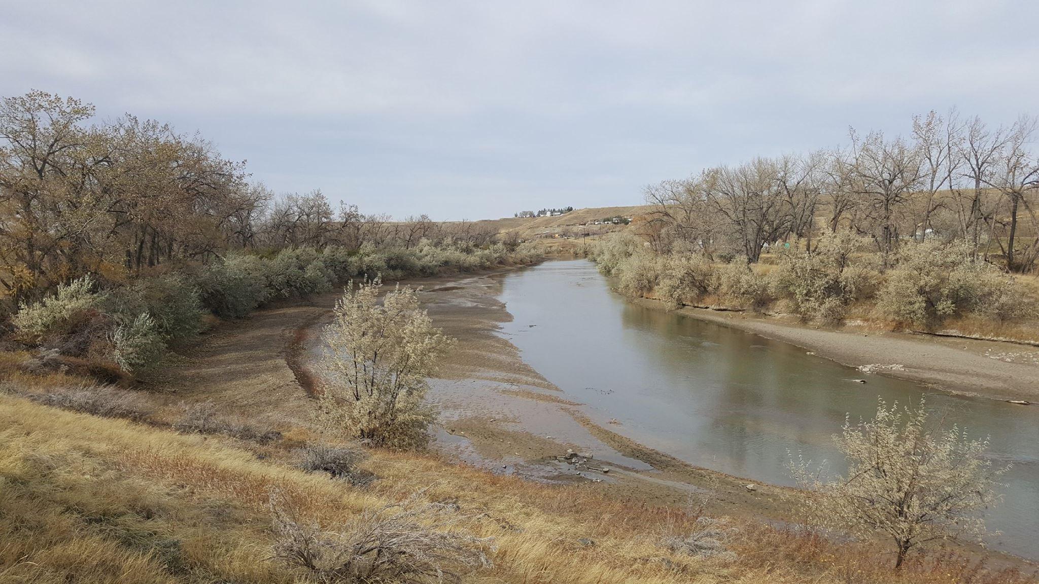 La rivière Milk a connu, au cours de l'été et de l'automne 2017, l'une de ses pires périodes de sécheresse jamais enregistrées. Les utilisateurs d'eau au Canada et aux États-Unis ont cessé les pratiques d'irrigation en août. Mention de source : Milk River Watershed Alliance