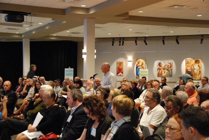 Des membres du public émettent des commentaires lors d'une réunion du Groupe d'étude du lac Champlain et de la rivière Richelieu tenue en juillet 2017, qui visait à recueillir des commentaires sur un plan de travail préliminaire. Mention de source : dossiers de la CMI