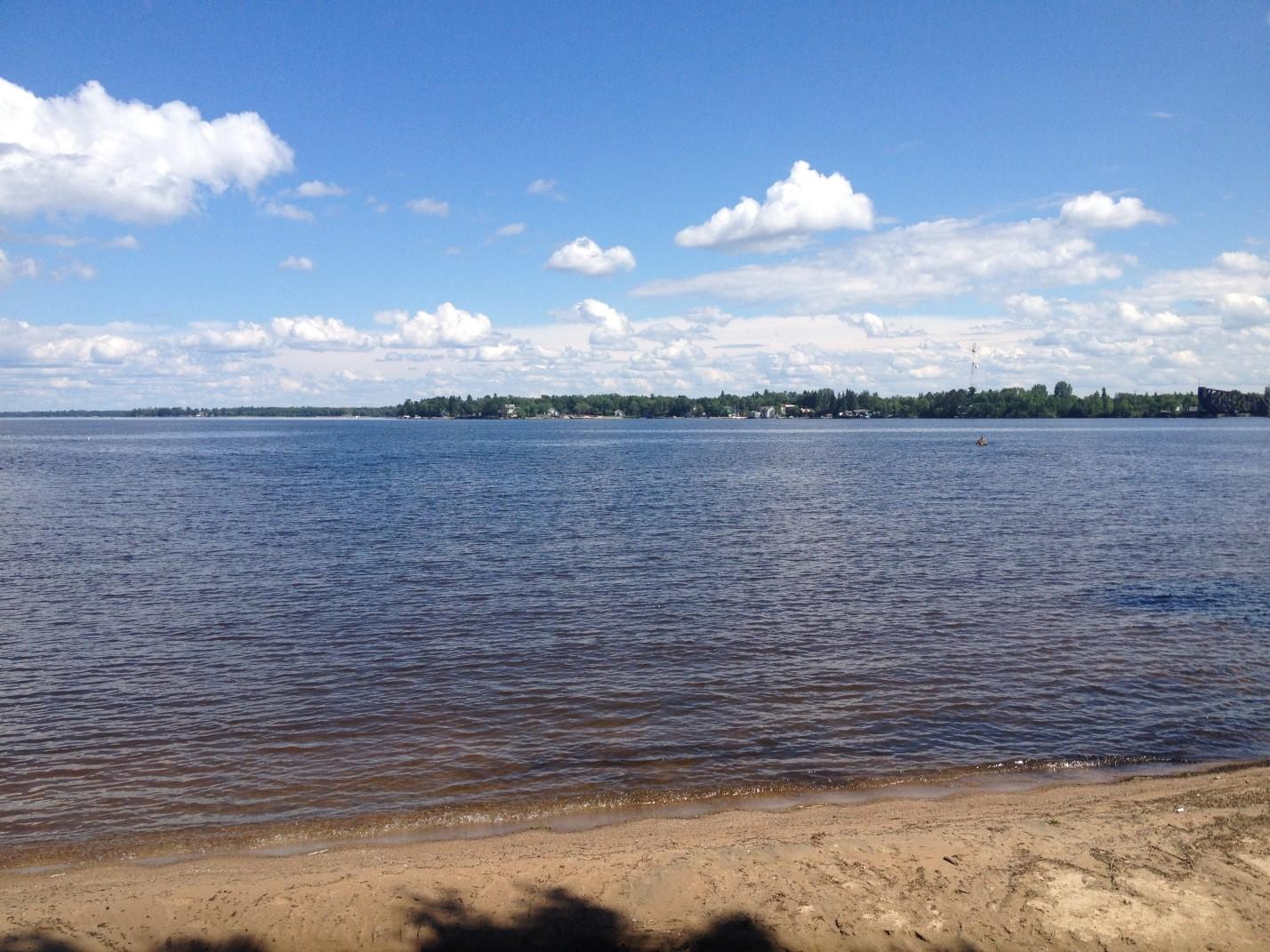Le lac à la Pluie est l'une des plus importantes masses d'eau touchées par les courbes d'exploitation. Il accueille des villégiatures, des ports de plaisance et une variété d'espèces fauniques que le Groupe d'étude doit prendre en considération dans ses recommandations. Crédit : CMI